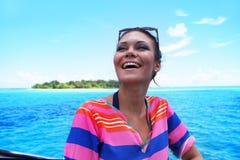 La belle jeune femme contre l'île tropicale Photographie stock libre de droits
