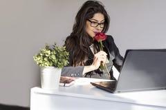 La belle jeune femme d'affaires avec s'est levée dans le bureau Photo libre de droits
