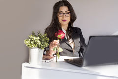 La belle jeune femme d'affaires avec s'est levée dans le bureau Photographie stock