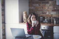 La belle jeune femme d'affaires ont une pause-café photo libre de droits