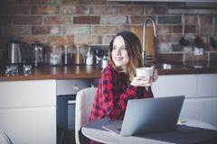 La belle jeune femme d'affaires ont une pause-café photographie stock libre de droits