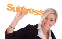 La belle jeune femme d'affaires retient la réussite Photos libres de droits