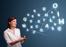 La jeune femme dactylographiant sur le smartphone avec 3d de pointe marque avec des lettres le commi Photographie stock