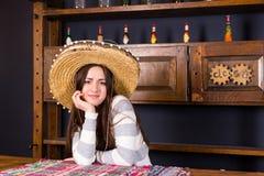 La belle jeune femme dans un sombrero s'est penchée sur le compteur de barre dans un p Photo libre de droits
