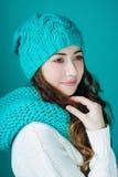 La belle jeune femme en turquoise a tricoté le chapeau et l'écharpe image libre de droits