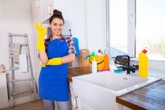 La belle jeune femme fait nettoyer la maison Ki de nettoyage de fille photo libre de droits