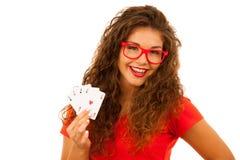 La belle jeune femme juge des cartes de tisonnier quatre as d'isolement plus de Photographie stock