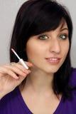 La belle jeune femme retient un applicateur de produits de beauté photos stock