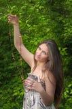 La belle jeune fille avec programmes dans des mains Photo libre de droits
