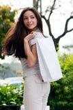 La belle jeune fille avec un sac à provisions Image libre de droits