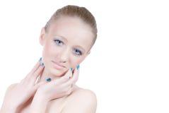 La belle jeune fille blonde avec des œil bleu a isolé photos libres de droits