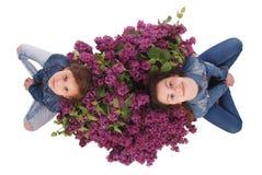 La belle jeune fille deux avec la floraison fleurit sur sa tête Photo libre de droits