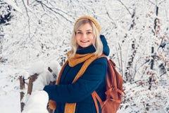 La belle jeune fille en parc d'hiver marche dans la for?t d'hiver images libres de droits