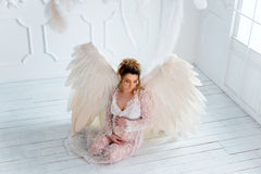 La belle jeune fille enceinte avec le grand ange s'envole Photo libre de droits
