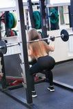 La belle jeune fille a engagé la forme physique dans le gymnase Photos stock