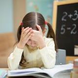 La belle jeune fille enseigne à la maison Éducation à la maison préscolaire L'élève lit un livre Image stock