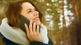 La belle jeune fille parle par le téléphone Photo libre de droits