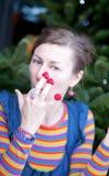 La belle jeune fille pose comme Amelie avec la râpe Photographie stock libre de droits