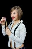 La belle jeune fille prépare le caractère indicateur au billard photographie stock libre de droits