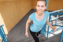 La belle jeune fille pulse sur les étapes, essai de matin photo stock