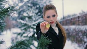 La belle jeune fille réussie tient le bitcoin d'or dans des mains banque de vidéos