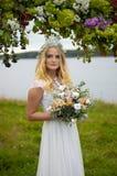 La belle jeune jeune mariée photo libre de droits