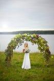 La belle jeune jeune mariée photo stock