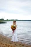 La belle jeune jeune mariée image stock