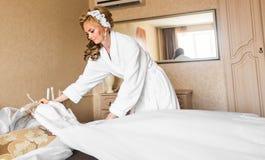 La belle jeune jeune mariée avec le maquillage et la coiffure de mariage dans la chambre à coucher, femme attirante de nouveaux m photos libres de droits