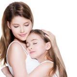 La belle jeune mère avec une petite fille 8 ans embrassent l'eac images libres de droits