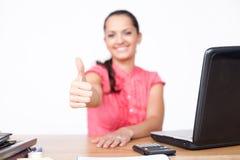 La belle jeune main de femme d'affaires composent des pouces Image stock