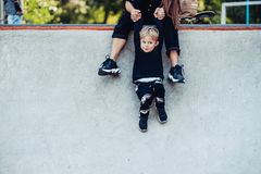 La belle jeune maman de hippie tient son petit fils par les mains photos stock