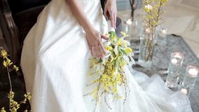 La belle jeune mariée tient un bouquet coloré de mariage banque de vidéos