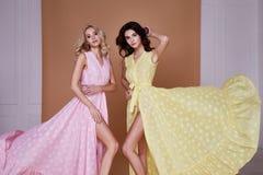 La belle jolie mode sexy d'usage de femme deux vêtx la longue robe photographie stock
