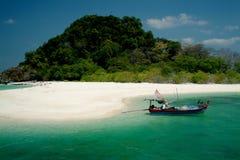 La belle île est KOH Kai en mer d'Andaman. Image stock