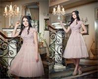 La belle longue fille de cheveux dans la nudité a coloré la robe posant dans une scène de vintage. Jeune belle femme portant une r Photographie stock libre de droits