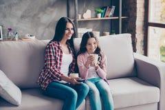 La belle mère et sa petite fille mignonne s'asseyent sur un s Photos libres de droits
