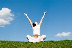 La belle méditation de fille dans l'herbe Image libre de droits