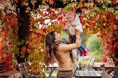 La belle maman très avec du charme de brune dans une veste brune jette  Photo stock