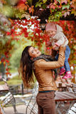 La belle maman très avec du charme de brune dans une veste brune jette  Photos stock