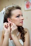 La belle mariée boutonne des boucles d'oreille images libres de droits