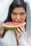 La belle mariée mange une pastèque photo libre de droits