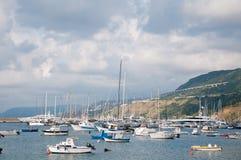 La belle marina de la ville de la marina de vibo en Calabre photos stock