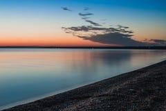 La belle mer colorée d'été des minutes avant lever de soleil aménagent en parc avec stupéfier les nuages colorés dans un ciel ble Image stock