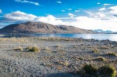 La belle montagne sèche avec les nuages, l'eau bleu-foncé de lac et le fond de ciel bleu à l'île du sud, Nouvelle-Zélande images stock
