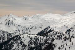 La belle neige a couvert des montagnes au Mt Baker Ski Resort, Washin photographie stock