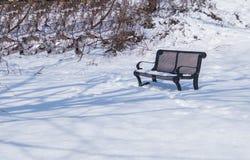La belle neige a couvert la scène d'hiver de banc photo libre de droits