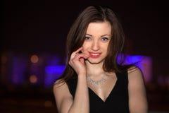 La belle nuit de jeune femme a brillé la ville Images stock