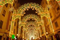 La belle nuit s'allume dans le fest de Fallas de Valence dans le calle Sueca image stock
