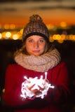 La belle participation iluminated de femme a mené la lumière sur un manteau rouge dans le ch Photos libres de droits